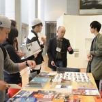 資料をもとに、ヤング・ポートフォリオや展覧会について説明