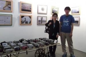 子どもたちのために募ったカメラと楊哲一氏と  記念撮影:張蒼松氏