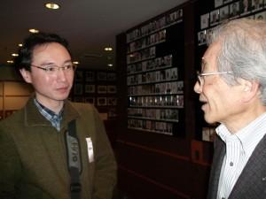 FCCJ入口にて / YP作家 榎本一穂(左)と、元AP Imagesディレクター 今城力夫氏(右)