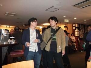 FCCJのレセプションにて / FCCJ展示委員長ブルース・オズボーン氏(左) と、YP作家 今村拓馬(右)
