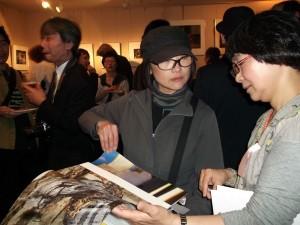 FCCJのレセプションにて /YP作家 櫻井尚子(左) と、山地学芸員(右)