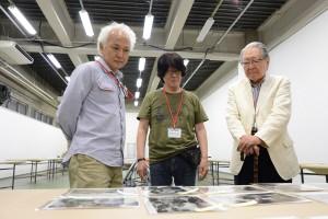 選考会場にて(左から)瀬戸正人氏、森山大道氏、細江英公館長