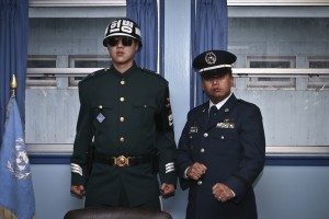 "LIM Tae Hoon, "" Division Tour, "" 2007  (板門店にて韓国の軍人と記念撮影をする外国人観光客) ⒸLim Tae Hoon"
