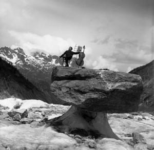 HP2_4.モーリス・バケ、キノコ岩の上で、シャモニー、1957年