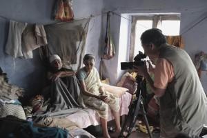 インド・ブリンダバンにて撮影中の井津建郎。