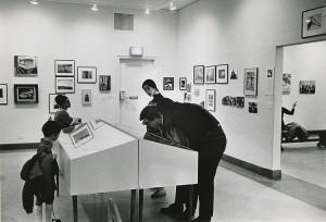 初めて展覧会の行われたニューヨークのリバーサイド・ミュージアム。ケルテス作品の展示風景、1967年 ⒸEstate of André Kertész, New York, 2015