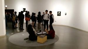 山本昌男氏の作品は壁面と、祈りの象徴である折り鶴を自由に折れるよう、 小さなちゃぶ台が用意されていた。