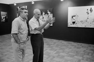 銀座・松屋内展覧会場でのアンドレ・ケルテス(右)とコーネル・キャパ(左)、1968年      ⒸHiroji Kubota / Magnum Photos