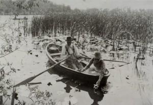 ピーター・ヘンリー・エマーソン《ノーフォーク湖沼の暮らしと風景》より、睡蓮を摘む、1886