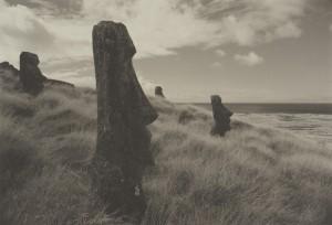 井津建郎《ラノ・ララク山のモアイ像、イースター島》1989年 プラチナ・プリント、当館蔵