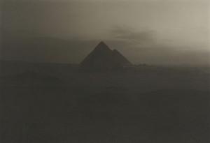 井津建郎《夜明けのギザのピラミッド、エジプト》1985年 プラチナ・プリント、当館蔵