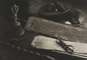 井津建郎《ラダック#43、ラマユル・ゴンパ仏具、インド》1999年 プラチナ・プリント、当館蔵